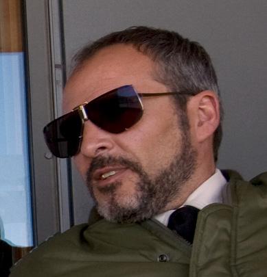 Fernando Guillén Cuervo veste óculos Boris Becker 4804C no filme 007 Quantum Of Solace