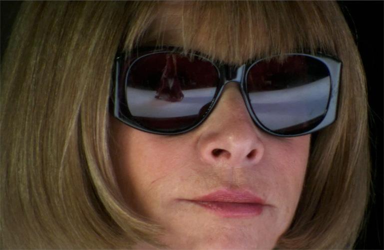 Anna Wintour usando oculos de Sol Chanel