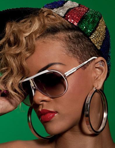 Rihanna usando o modelo Carrera Endurance branco com dourado em Rude Boy