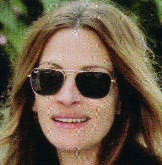Julia Roberts veste óculos Ray Ban