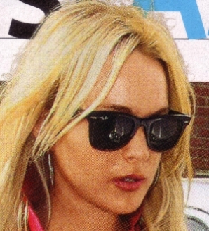 Lindsay Lohan veste óculos Ray Ban Wayfarer