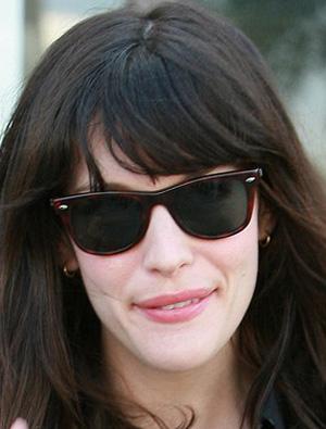 Liv Taylor veste óculos Ray Ban