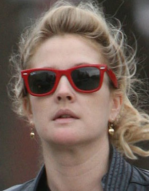 Drew Barrymore veste óculos Ray Ban