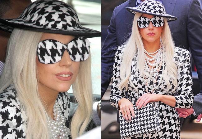 Lady Gaga passeia por Nova Iorque com óculos de sol, xadrez preto e branco. Combinando com tailleur, chapéu e bolsa da mesma estampa.