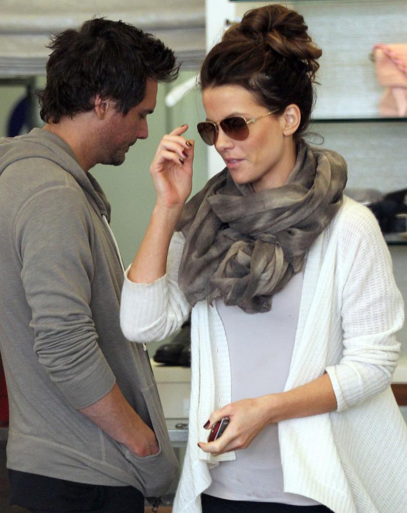 Kate Beckinsale usa óculos aviador Tiffany 3021