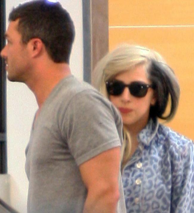 Lady Gaga foi vista com seu novo namorado Taylor Kinney e para disfaçar estava com um óculos escuro Ray Ban Wayfarer