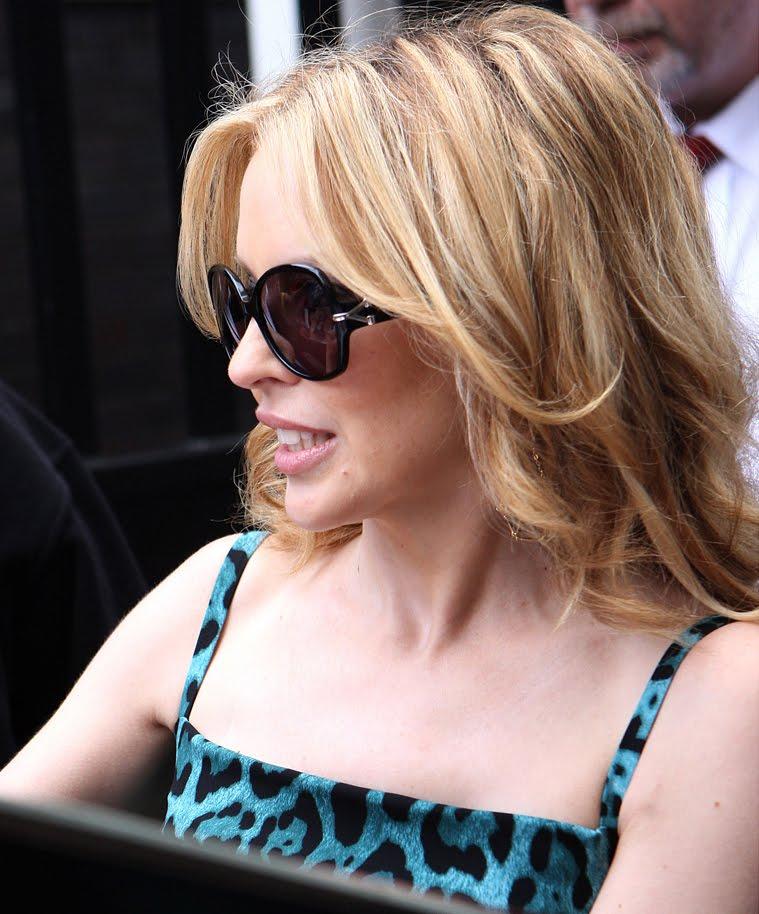 A cantora australiana Kylie Minogne usando seu óculos