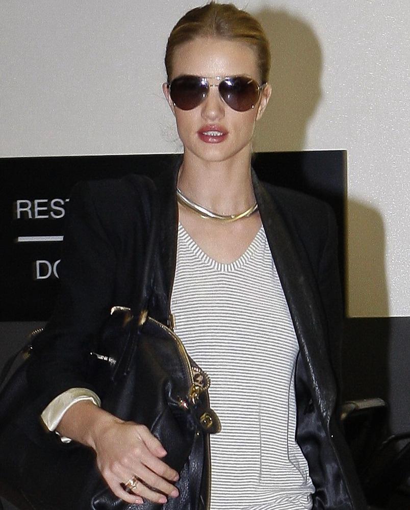 Rosie Huntington-Whiteley é vista com óculos aviador Burberry 3051