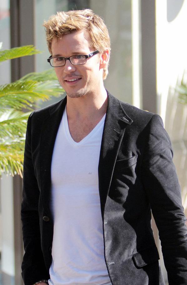 Ryan Kwanten aparece de óculos de grau em entrevista