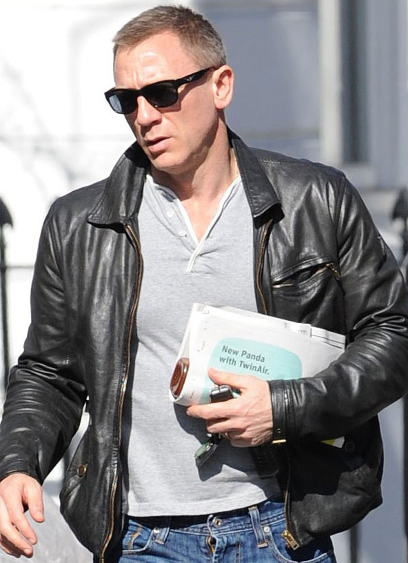 Daniel Craig usa óculos escuros em Londres