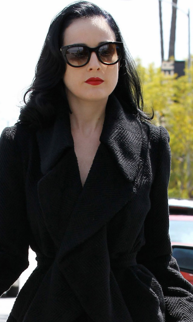 Dita von Teese usa óculos escuros estilo gatinho
