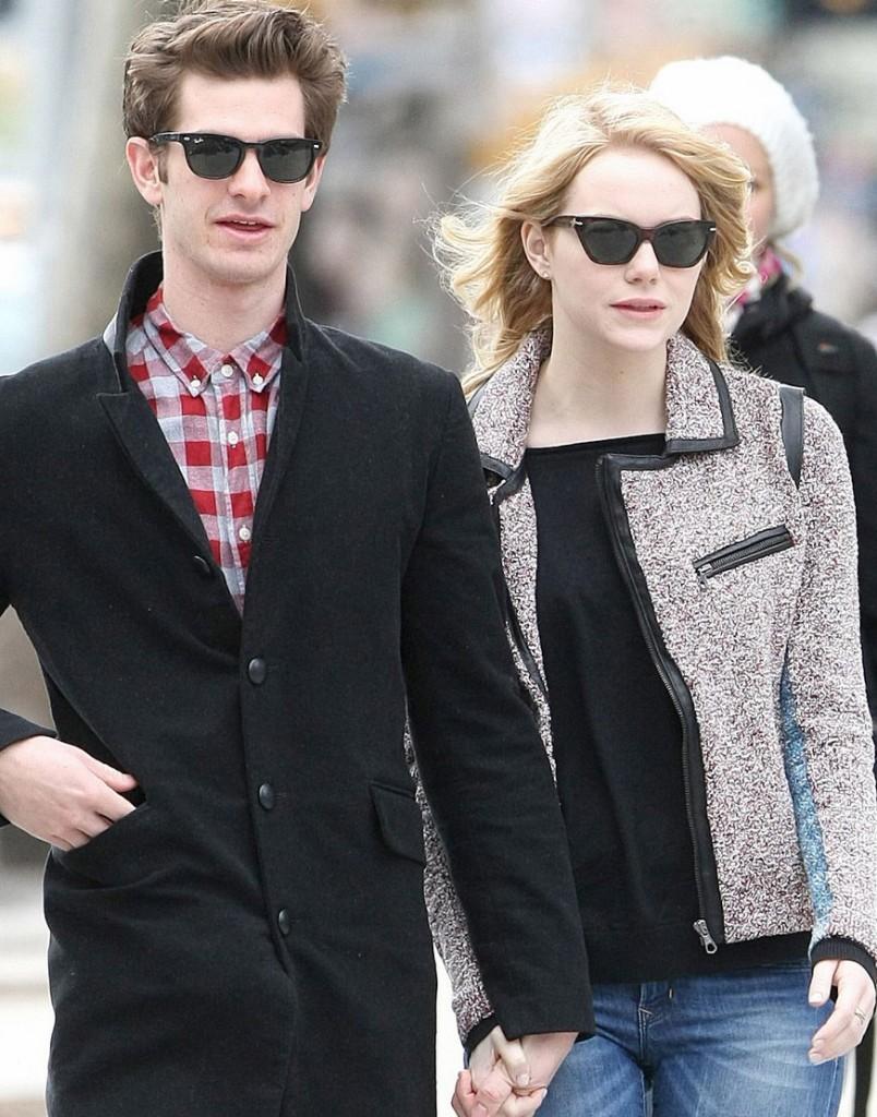 Andrew Garfield e Emma Stone passeiam de óculos escuros