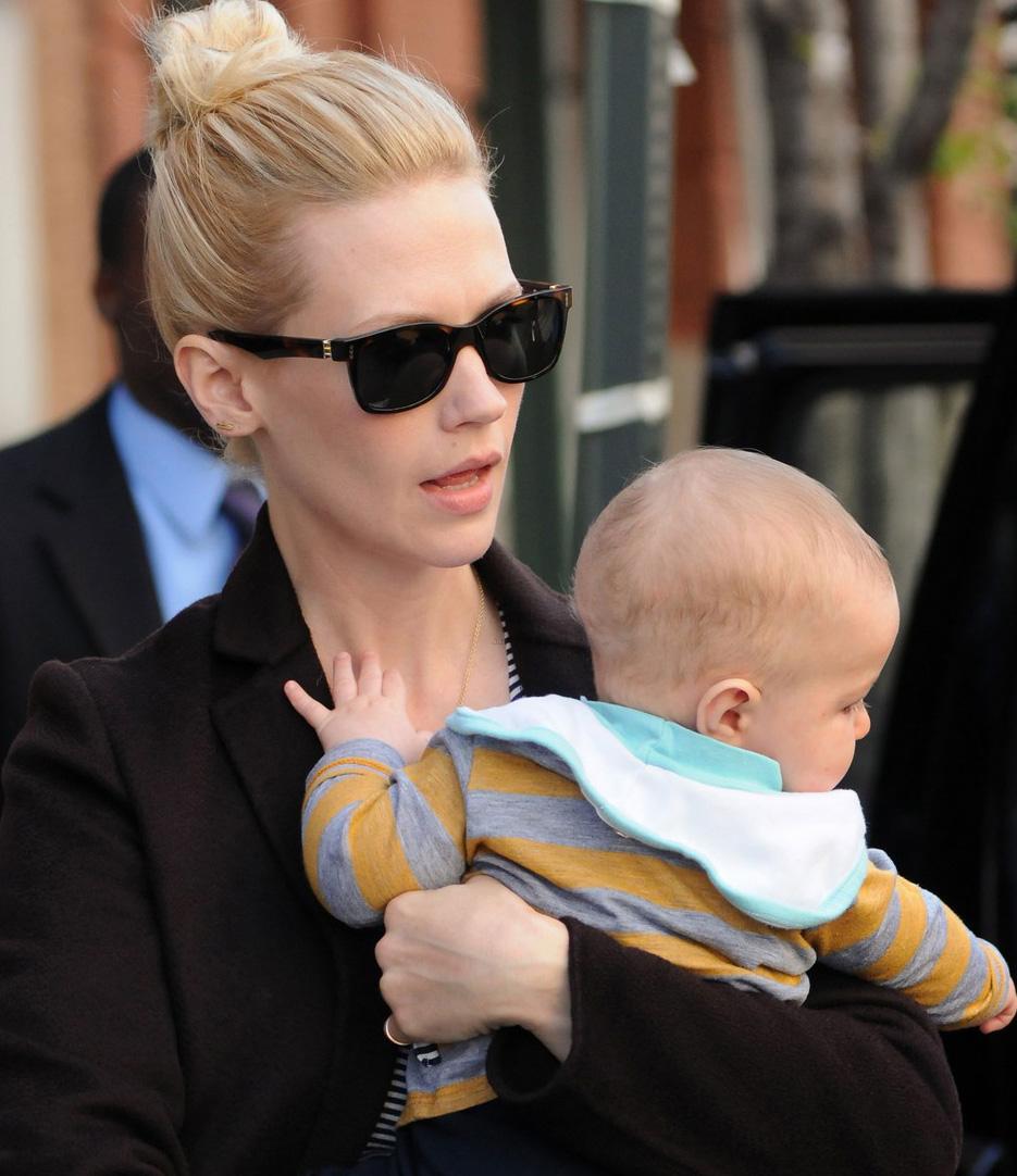 January Jones passeia com seu filho de óculos escuros