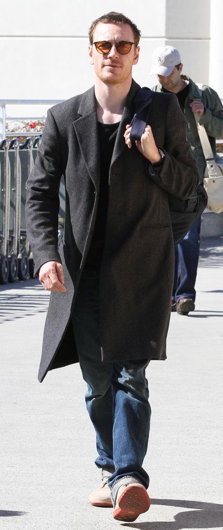 Michael Fassbender usa óculos estiloso em aeroporto