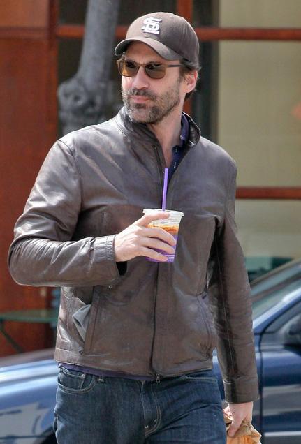 Jon Hamm usa óculos escuros para comprar café da manhã