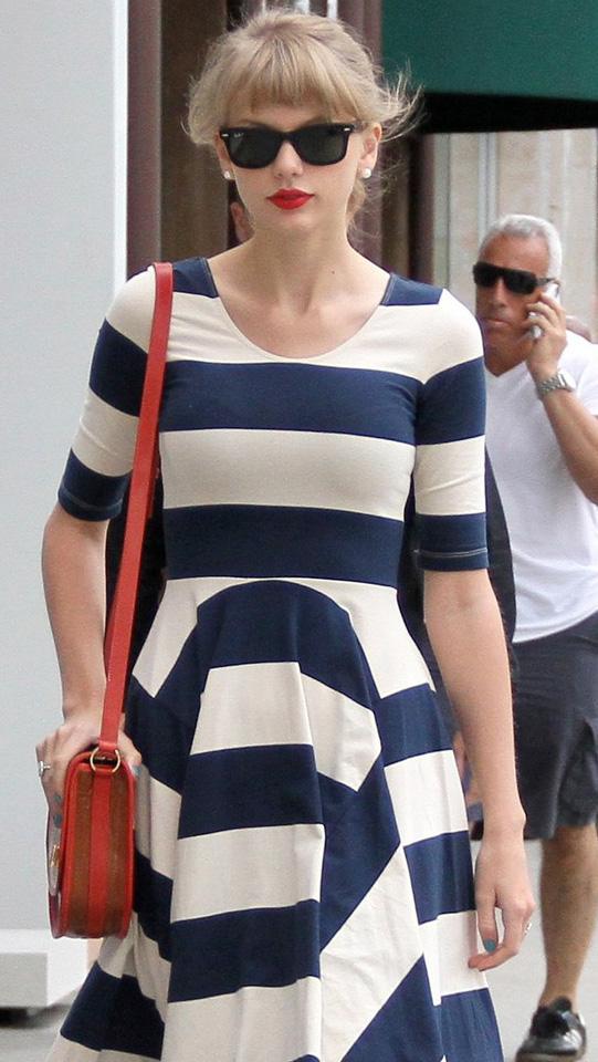 Taylor Swift é vista fazendo compras com Ray-Ban Wayfarer