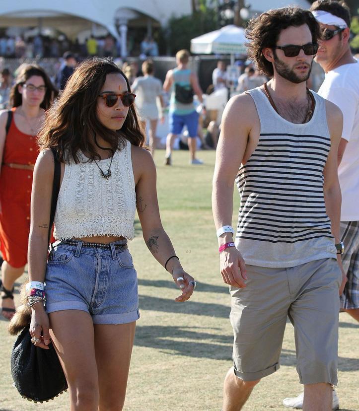 Zoe Kravitz e Penn Badgley usam óculos para o Coachella