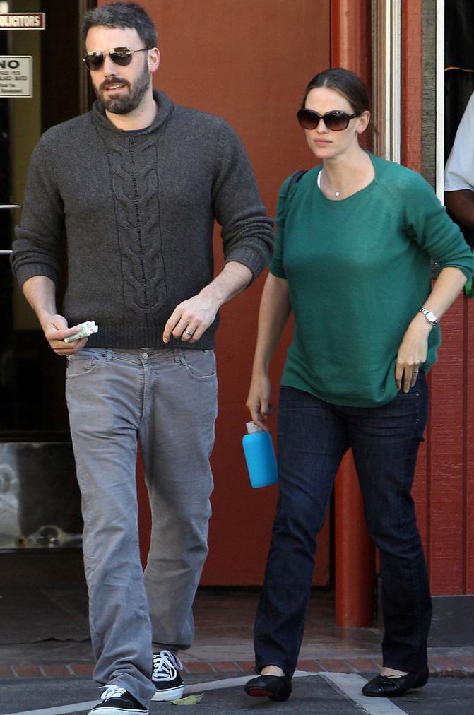 Jennifer Garner e Ben Affleck usam modelos clássicos de óculos