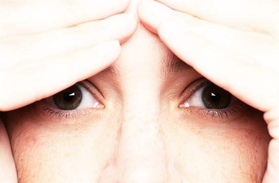 Por que acordamos com os olhos inchados?