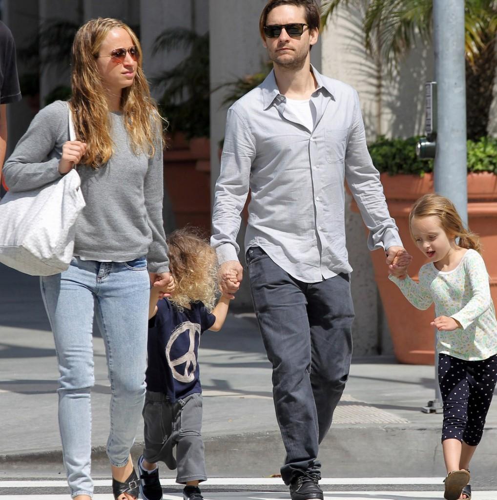 Tobey Maguire passeia de óculos escuros com sua família