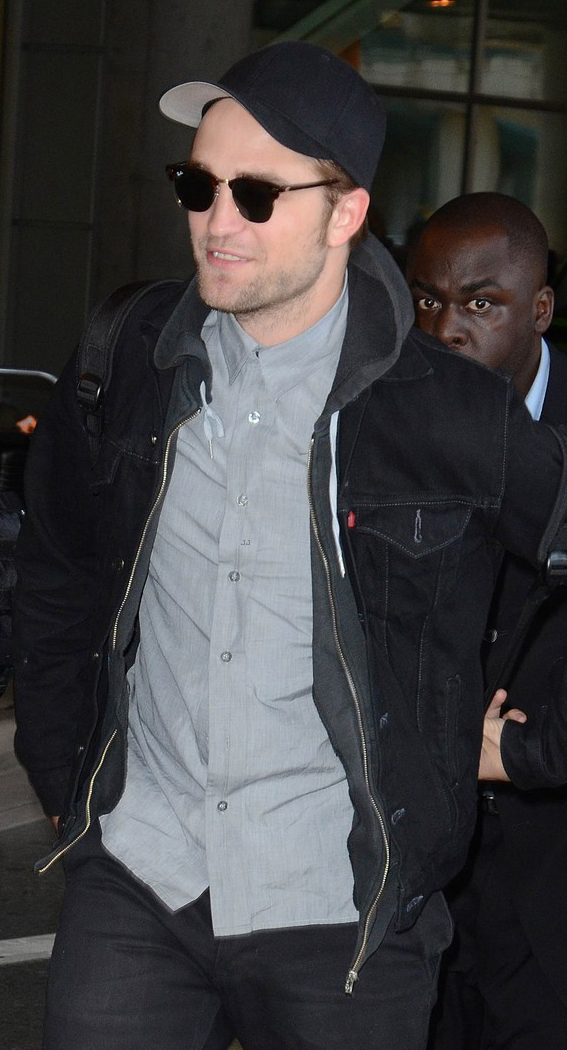 Robert Pattinson usa Ray-Ban Clubmaster
