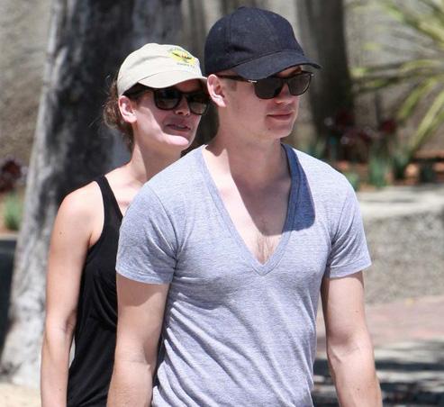 Hayden Christensen e Rachel Bilson usam óculos escuros