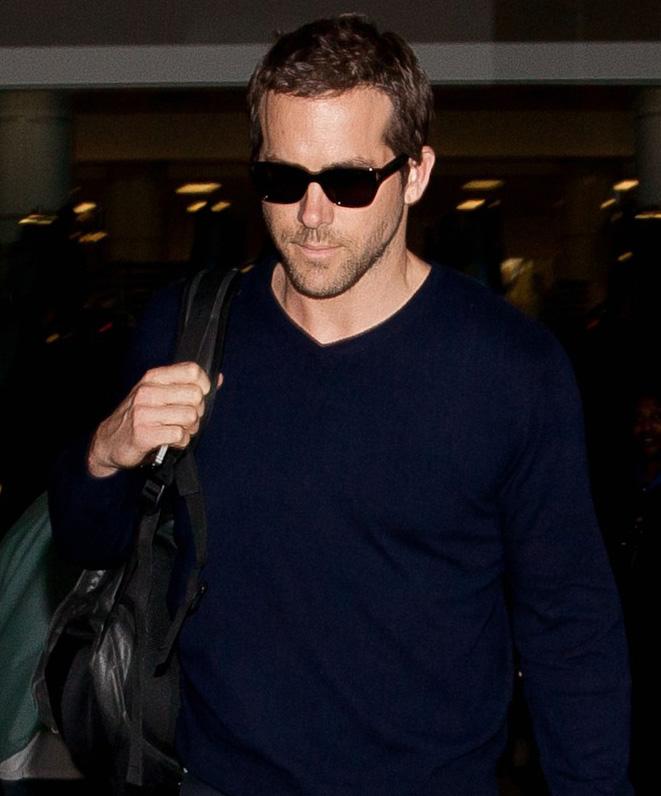 Ryan Reynolds chega de óculos Tom Ford no aeroporto