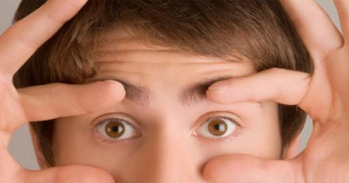 Manchas atrapalhando a visão são sinais de que a retina se descolou