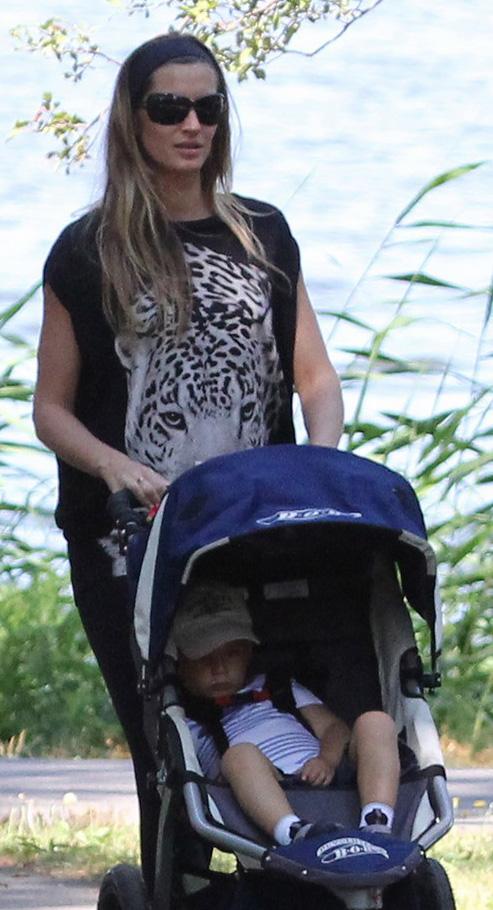 Gisele Bundchen usa óculos escuros para passear com filho
