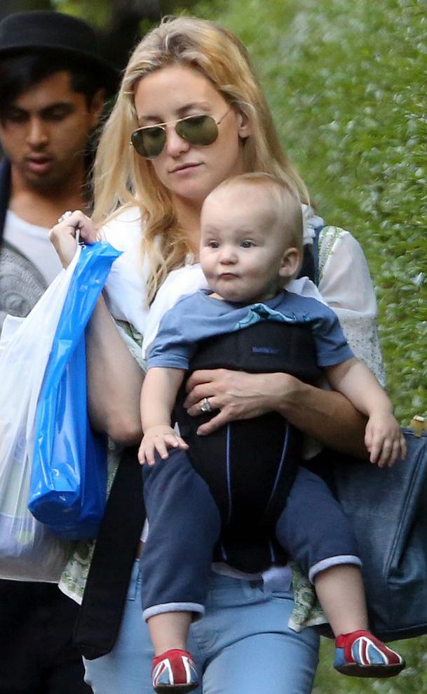 Kate Hudson passeia com seu filho de óculos Ray-Ban aviador