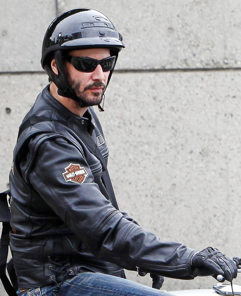 Keanu Reeves usa óculos para andar de moto