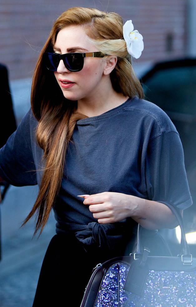 Lady Gaga aparece de cabelo novo e óculos estilo Ray-Ban