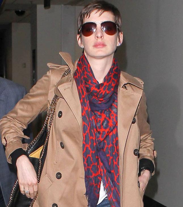 Anne Hathaway usa óculos aviador no aeroporto