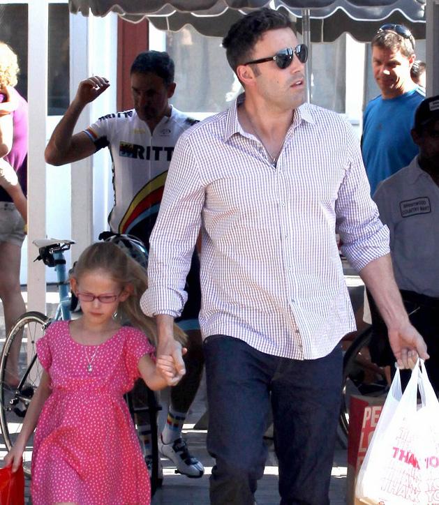 Ben Affleck usa óculos escuros para passear com filha