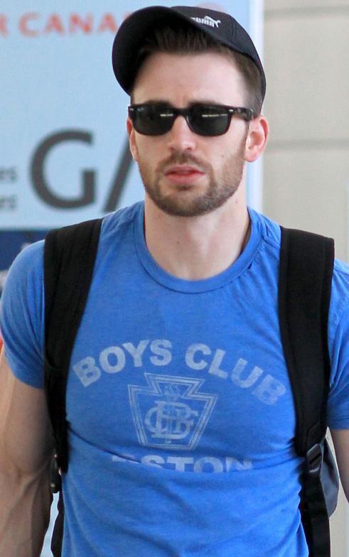 Chris Evans usa Ray-Ban Wayfarer no aeroporto de Toronto