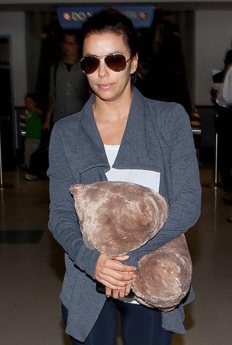 Eva Longoria usa Ray-Ban Aviador no aeroporto