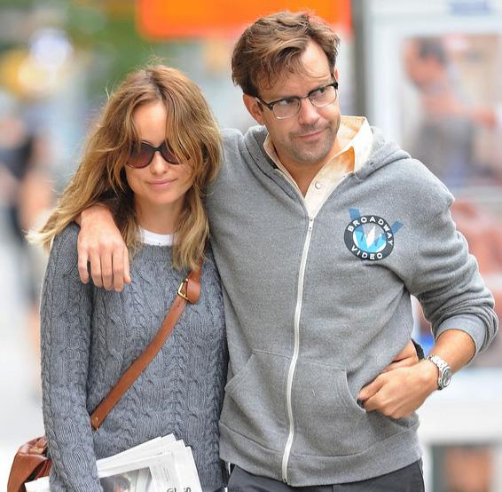 Olivia Wilde usa óculos de sol para passear com Jason Sudeikis