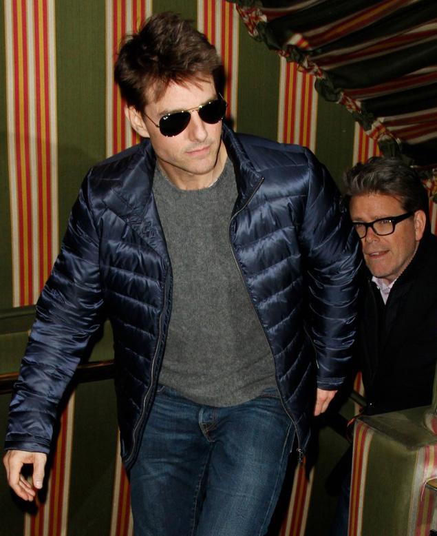 Tom Cruise entra em clube privado com Ray-Ban Aviador