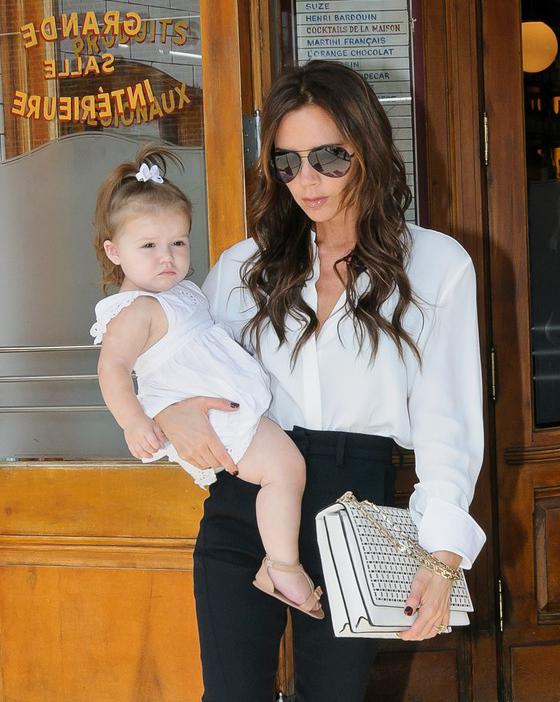Victoria Beckham usa óculos aviador para passear com sua filha