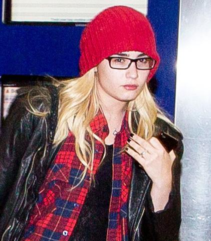 Demi Lovato usa óculos de grau no aeroporto