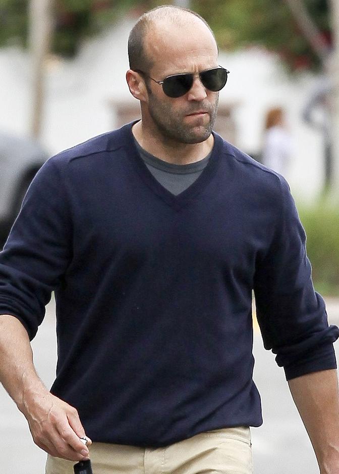 Jason Statham usa óculos estilo aviador