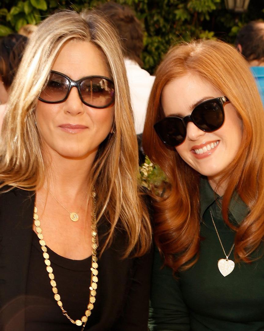 Jennifer Aniston usa óculos escuros em evento da Vogue