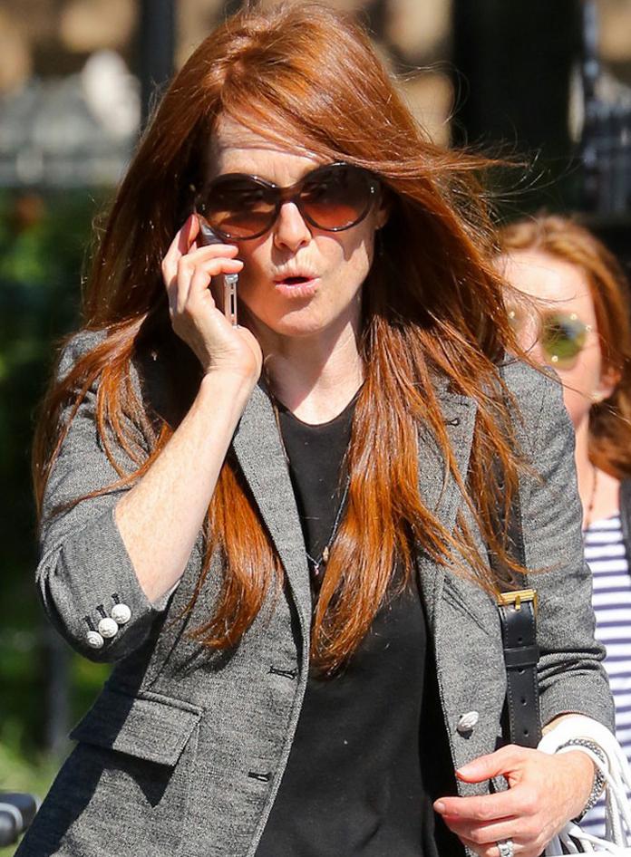 Julianne Moore usa óculos redondo para fazer compras