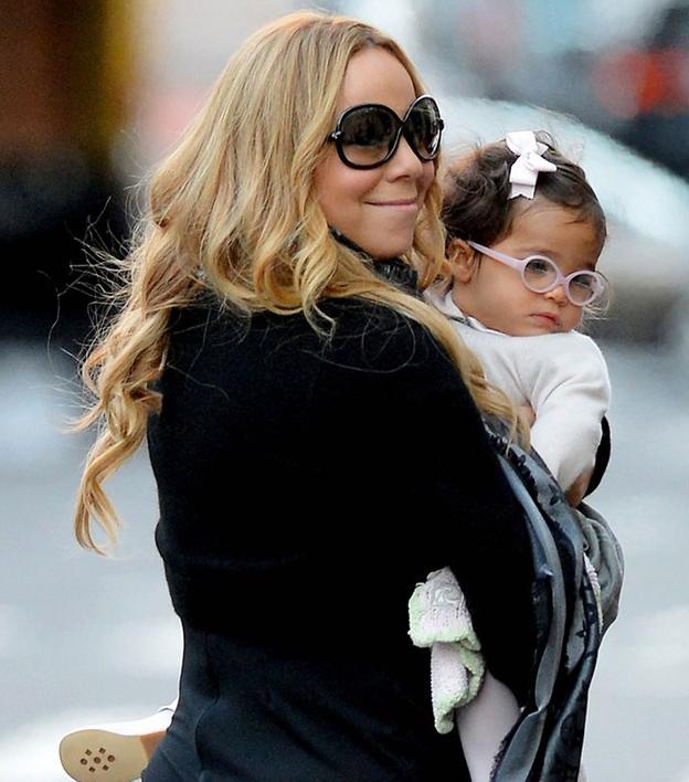 Mariah Carey e sua filha passeiam de óculos