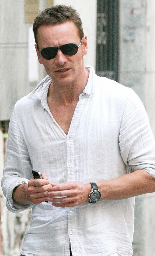 Michael Fassbender usa óculos aviador na Espanha