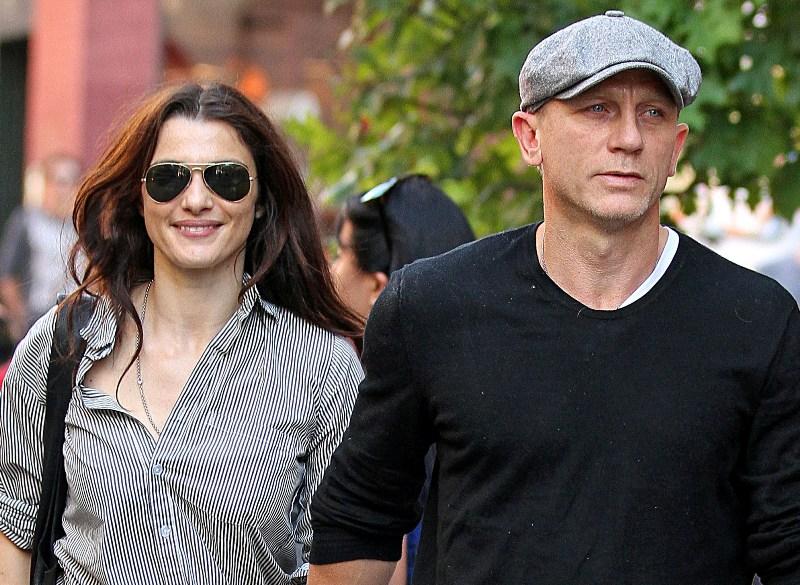 Rachel Weisz usa óculos aviador para passear com Daniel Craig