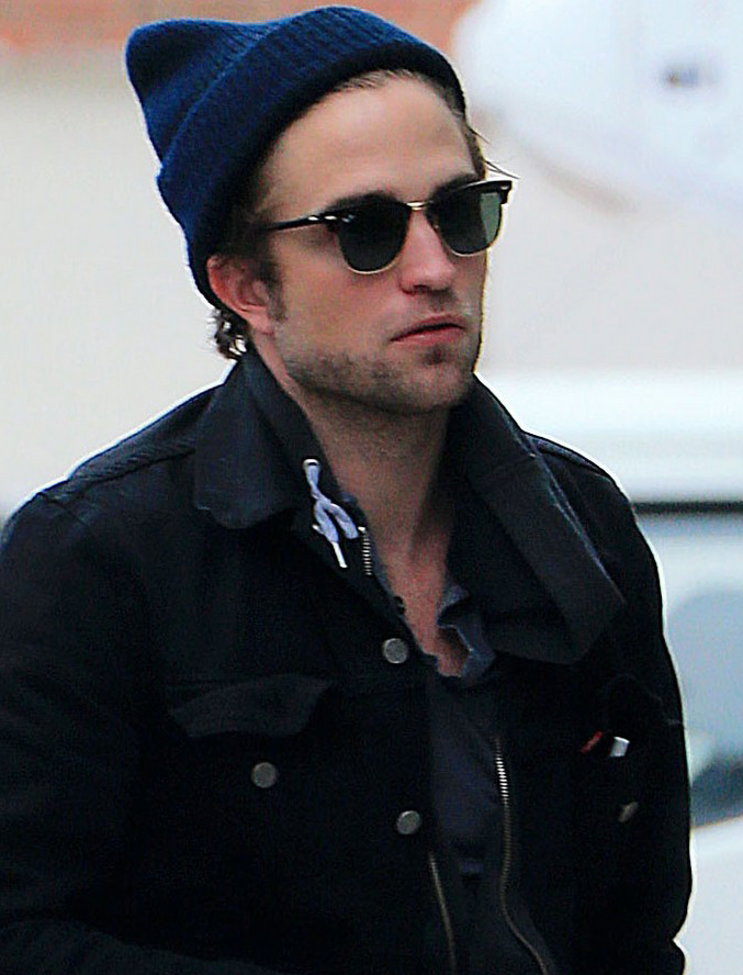 Robert Pattinson usa óculos Ray-Ban Clubmaster