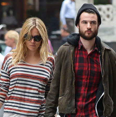 Sienna Miller usa Ray-Ban Wayfarer para passear com noivo