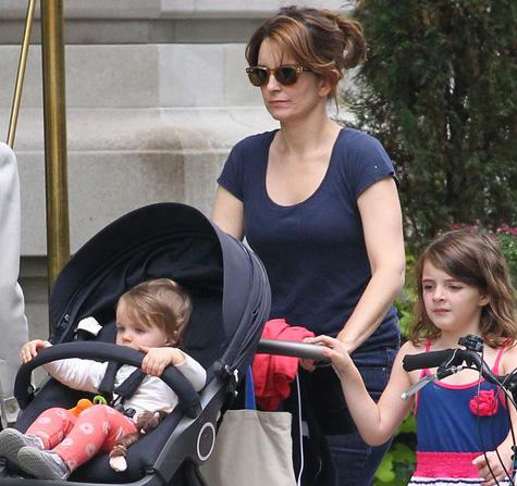 Tina Fey usa óculos de sol para passear com as filhas