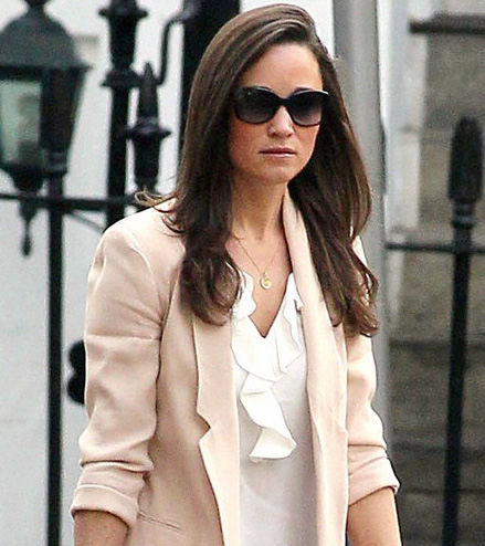 Pippa Middleton usa óculos escuros oversized